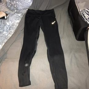 Træningsbukser, tights, løbebukser. Str Xs, fra Nike. (Den hvide PLET som er på buksebenet på billedet, er bare fra blitzen, det er ikke på bukserne).🙂 De er brugte, men stadig i god stand, der er ingen tegn på slid. Byd.🌸 //De sælges også i grå.