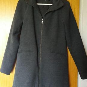 Varetype: Only uldjakke i mørkegrå/koksgrå, super flot Farve: Koksgrå, mørkegrå, grå  Super flot mørkegrå uldjakke fra Only i str. S. Brugt få gange. Perfekt til foråret, efteråret og vinteren.