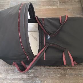Emmaljunga lift med tilkøbt dunlopillo madras. Lidt misfarvninger/pletter indvendigt, ikke forsøgt fjernet. Ellers fuld funktionsdygtig.
