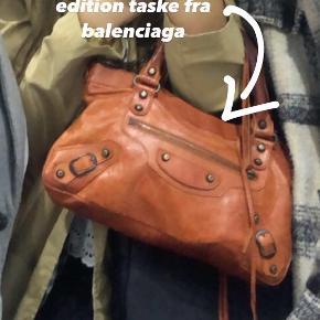 Sælger min balenciaga taske i orange. Købeprisen var 11.000 kr. Min mindstepris er 3500 kr.