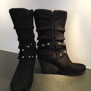 """Et par sort ruskind/strikket støvle med lidt hæl, dejlige at have på. Men mangler en """"sten"""", som kan ses på foto 3. Skriv gerne for mere info."""
