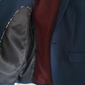 Brand: Andet Varetype: Blazer Farve: Mørkeblå  Brugt til konfirmation og helt som ny.... Super fede detaljer.  Mp 400 pp