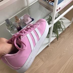 Lyserøde adidas sneakers, stort set aldrig brugt. Str. 37 1/3. Kom med bud🍂💛 GRATIS FRAGT I DAG (sidste dag 20/10)