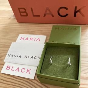 Sælger mine smukke ACROBAT DIAMOND HOOP ØRERING i 14K Hvidguld fra Maria Black. Højre og Venstre.  De var en gave fra min kæreste, men ikke rigtig min stil alligevel. Vil gerne købe nogle andre fra Maria Black.   Alt medfølger.   En legende ørering med et twist. Fire diamanter afslutter loopet og tilfører den fine hoop lidt glitter.  Indre diameter: 11 mm. Fire hvide diamanter. 14 karat hvidguld.  Bytter IKKE.   Kan afhentes i Charlottenlund eller sendes med dao på købers egen regning og ansvar.