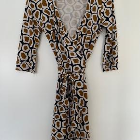 Jeg sælger denne klassiske Diane von Furstenberg slåom kjole i en str.4 (S). 100% silke.