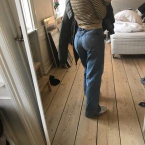 Sælger disse vildt fede blå jeans i str 26. Jeg bruger normalt 25 i jeans og derfor sælges de - da de er købt i en for stor størrelse.  Nypris var 400kr og jeg har haft dem på én gang. 🧡🙂🌸 Minder meget om weekdays ACE pants