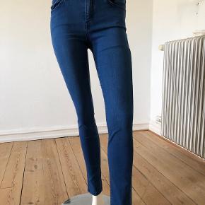 Flotte jeans fra Current Elliott. Model the High waist Sandy. Brugte få gange, er som nye og fejler intet.  Str 26/ Small.  Byttes ikke.