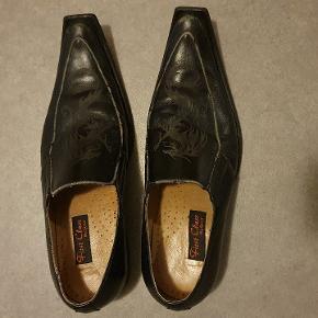Fine brugt herre sko til 150 kr, hvis køberen er nærheden og har betalt skoen så kan jeg køre ind til døren
