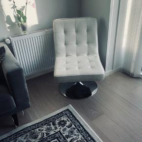 Super fine og dekorative hvide dreje stole i læder. Fungerer perfekt og i virkelig god stand. Jeg har 2 stk. 250 kr stykket