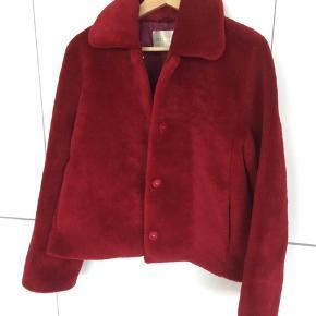 Super fin jakke, perfekt til overgangsjakke eller til nu med en strik under. Prisen er helt fast, men der er gratis fragt med Dao ved en Trendsales handel👍
