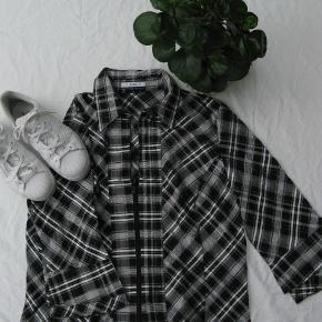 Dejlig skjorte med lynlås.  Brystmål ca. 2x58 Længde fra skulderen og ned ca. 58  51% bomuld, 47% polyester, 1% lurex og 1% elasthan.  Jeg tager desværre ikke billeder med tøjet på