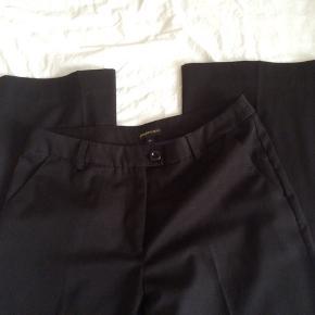 Sælger disse flotte bukser fra Peppercorn. Det er str. 38, de er sorte. Skridtlængde 76 cm. De er lavet af 74%polyester + 22%viskose + 4%elastan. Er som nye, brugt få gange. Kommer fra et ikke ryge hjem. Afhentes i 2990 Nivå eller sendes mod betaling
