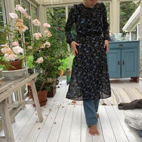 Semi-lang kjole i smukt print