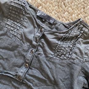 Slidt look  Fed kort cardigan med helt specielle detaljer Passer godt med lag på lag påklædning