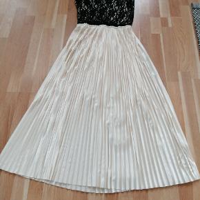 Smuk kjole, brugt en enkel aften. Cremehvid med sorte blonder. Stor i størrelsen og passer small/medium ☺️