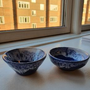 Fine små skåle fra Grækenland, de to har lidt forskellige højder, men måler begge 9 cm i diameter 🟦  prisen er samlet for begge skåle.
