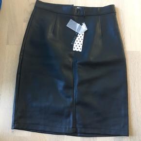 Lækker højtaler nederdel i imiteret læder. Lynlåslukning bagpå. Aldrig brugt.