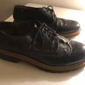 Syningen er gået lidt op i den ene side af den ene sko, men kan sagtens bruges alligevel