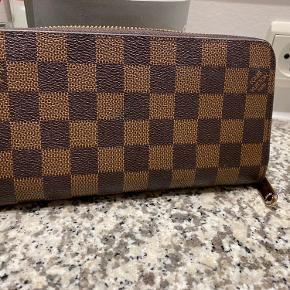 Louis Vuitton pung replica sælges da den bare ligger. Fejler intet. Afhentes eller sendes på købers regning. Er åben for bud.