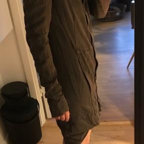 Lækreste frakke/cardigan i kraftig og ultrablød sweatshirt kvalitet. Desværre huller under ærmerne men ellers ingen mangler. Handler Ts!