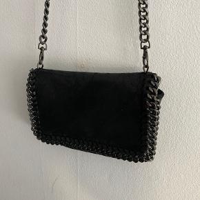 Ægte ruskindstaske - har enkelte steder på kæden, hvor farven er falmet, sælges derfor billigt.