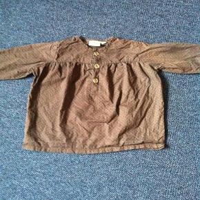 Varetype: Bluse/ tunika Farve: Brun  Super fin skjorte tunika i brunt stof med sorte prikker. Fejler intet.