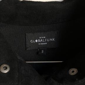 Fin kjole fra Global Funk i str. S i ruskindslignende stof 🌻 Den er helt vildt blød og behagelig at have på. Jeg har ikke fået den brugt så meget, så den er i perfekt stand ☺️