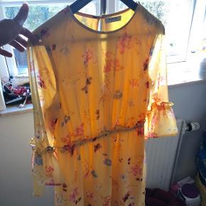 Smukkeste gule kjole fra Pieces. Helt ny, aldrig brugt.   Købt i håbet om at blive en mere kjole-pige, men da det ikke er sket endnu 🙈 sælges den videre.  Køber betaler porto 🙂