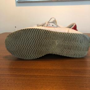 Nike Cortez fra 2001 Alderen taget i betragtning holder skoen sig fint.  En rigtig fed sko med jewel swoosh!