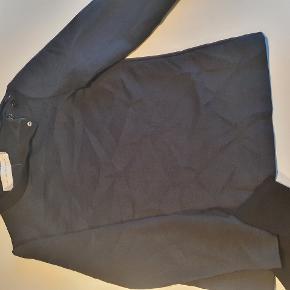 Sælger denne fine bluse fra Victoria Beckham, str. S. Sælges til 200 kr., ellers byd. Sælges for min svigermor. Ved køb gennem ts betaler køber for alle gebyr og porto. Mængde rabat kan aftales ved køb af flere ting. Tjek min andre annoncer med designertøj.