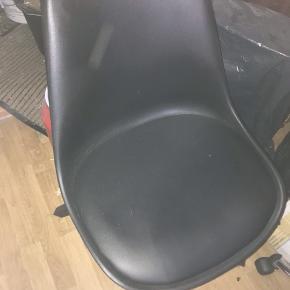 3 styks skalsstole , kan nemt købes en mere er står til 400 på nettet  Mp 700kr for alle 3
