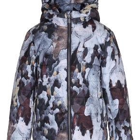 Molo vinterjakke - model: howl  Sporty jakke med digitalt barkprint, aftagelig hætte, lynlåslukning, lommer i siden samt refleks bagpå.   Jakken er vandafvisende og foret med flat padding, som giver god blødhed, lethed og holder godt på varmen.  Jakken er brugt let, da det var en supplerende vinterjakke. Den fremstår derfor rigtig pæn.  Nypris: 799,95,-