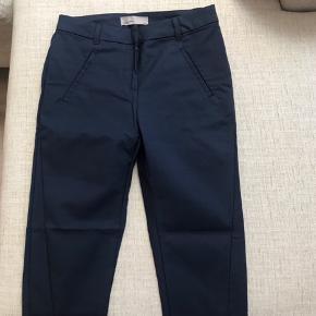 Super fede trekvartlange bukser fra Vero Moda. Er maks brugt 3 gange og fremstår derfor som nye. Flere billeder kan tilsendes hvis det ønskes.