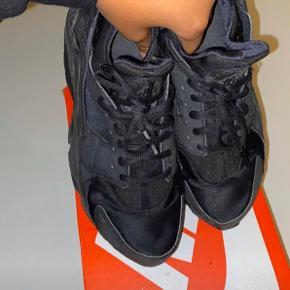 Så sælger jeg ud af mine sneakers igen. Denne gang et par Air Max 95 og Air Huaraches. Sælges da skoene ikke bliver brugt.  Nike Air huarache Str: EU 40,5 / 26cm (lille i str, passes af 38,5&39) Cond: 8/10  Mp: 250kr ekskl fragt på 38kr