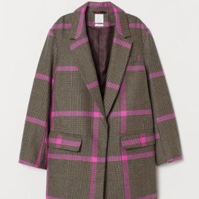 Smuk frakke fra H&M i str xs.  Oversize i pasformen Aldrig brugt.  Nypris var 600kr.