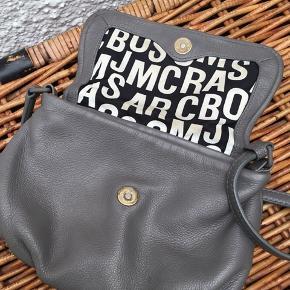Så flot taske fra Marc Jacobs, til crossbody. I en lidt speciel udgave, hvor skilt er matteret i samme farve som læder. Super fin, er næsten som ny, se billederne. Dog mikro smuds på for.