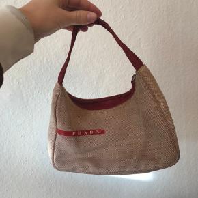 Så cute Prada taske fra 90'erne! Kunne godt lige trænge til at blive vasket men ellers i god stand