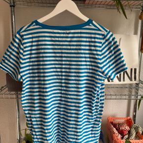 Sælger næsten ny COS t-shirt i str. L. Sælges grundet jeg ikke får den brugt. Ny pris: 300 kr.