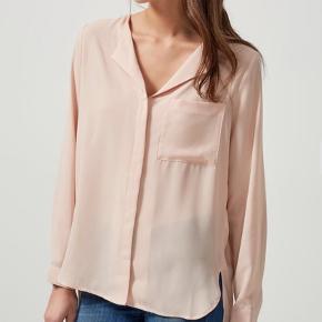 Bluse model DYNELLA Farve: Bordeaux - Loose fit - 100% Polyester - Lange ærmer - Knappestolpe - Længere på ryg - Let kvalitet, ikke gennemsigtig.  Sælger også i andre farver, samme model.