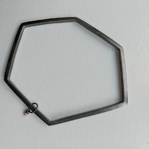 Armbånd fra Enamel Copenhagen. Aldrig brugt. Stilen er rå med en lille rosa sten som vedhæng.  Kan evt sendes med brev for 10 kr.