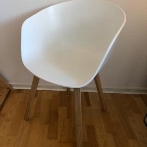 Stol fra Hay (About a chair) hvid med ben i egetræ.  Et styk haves til afhentning i Aarhus C.