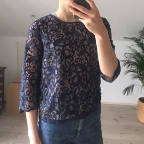 Fin blondebluse i mørkeblå med 3/4 ærmer  #30dayssellout