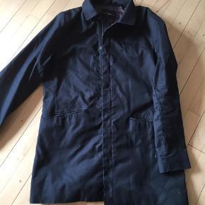 Herre jakke i sort klassisk design. Sælges for 250 kr