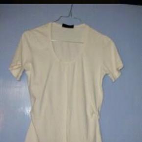 Varetype: Tight Bluse - Top - T-shirt Størrelse: M (36 - 38) Farve: Creme Råhvid Bluse fra Day Birger et Mikkelsen.  Jeg tager aldrig billede med tøjet på