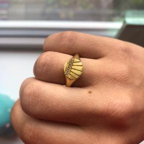 Smukkeste ring med små sten fra hvisk. Ringen har en diameter på 2cm 💛 Nyprisen var 800kr, men jeg sælger den til 300kr 💫
