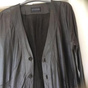 Varetype: læderjakke Farve: Mørkebrun Oprindelig købspris: 4500 kr.  Super smuk jakke/cardigan bløde papirtynde kalvelæder 100%:)))) Fremstå som NY :)))) Brystmål 2x50cm , længde på 90cm