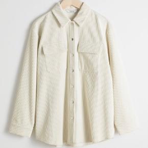 """& Other Stories """"Oversized Corduroy Workwear Shirt"""". Brugt en enkelt gang. Cremefarvet. Str. 34 men meget oversized.   Nypris 799 kr. BYD :)"""