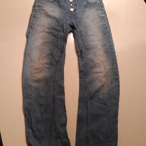 Jeans str 10 år  Justerbar Mæeke: kulør  Pris; 50 kr