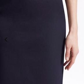 French connection SÆT med matchende sort blazer og pencil skirt . Perfekt til kontor brug. Str 8 svarende til XS/36. BYD :)