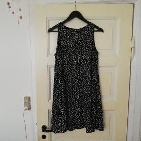 Fin ærmeløs kjole i 90'er stil med blomster, str. XL men lille i størrelsen, passer bedre en M/L